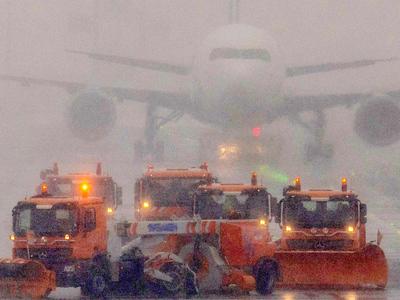 Более четырехсот авиарейсов отменили в аэропорту в Торонто из-за сильного снегопада