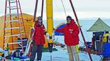Учёные вместе с аппаратом Icefin, которые позднее будет исследовать подлёдную жизнь в Антарктике