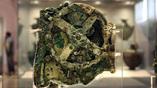 Антикитерский механизм. Самая крупная из сохранившихся деталей (фрагмент А). Фото: perseus.gr