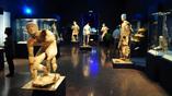 Один из залов Антикитерской выставки в Афинском археологическом музее. Все экспонаты - груз Антикитерского корабля. Фото: namuseum.gr
