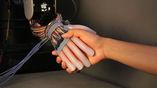 Роботизированный манипулятор Gentle Bot пожимает руку человеку.