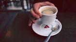Учёный предлагает не держать чашку кофе за ручку.