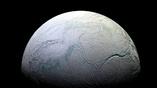 Энцелад почти полностью состоит из льда.