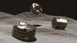 Художественное изображение роверов  MINERVA II-1 (слева и в центре) и готовящегося к посадке MINERVA II-2 (справа) на поверхности астероида.