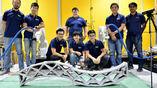 Сингапурские учёные с двумя роботами и структурой, которую они построили.