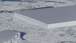 Прямоугольный айсберг, по всей видимости, совсем недавно откололся от шельфового ледника Ларсен С.