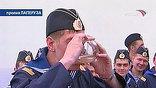 Дегустация забортной воды проходила под присмотром корабельного доктора. Вместе с курсантами к морской традиции приобщился священник, который сопровождает нынешний поход памяти