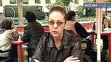 Рядом со съемочной площадкой в летнем кафе сидит автор романов и прототип Каменской - Александра Маринина