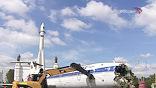 """Площадь перед павильоном """"Космос"""" была гордостью советской промышленности - три самолета и ракета. Теперь поражающая своей масштабностью экспозиция исчезла"""