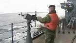 Находившаяся на гражданском судне группа морской пехоты встретила непрошеных гостей предупредительным пулеметным огнем