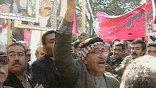 Иракцы держали плакаты и пытались не пустить инспекторов ООН на завод