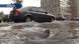 """А в Хорошевском районе """"располневшая"""" река Тараканиха затопила детский сад, офис, и шоссе"""