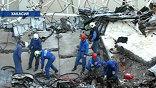 В списках пропавших без вести - 60 человек. Их ищут. Спасатели заверяют родственников, что обследуют каждый закоулок развалин