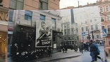 Три месяца назад Сергей Ларенков увидел в альбоме эту фотографию блокадного города. Трамвай идёт в сторону линии фронта, противотанковые заграждения, продовольственный магазин. Это Ленинград осени 1941-го, но какое конкретное место?