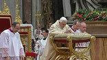 Миллионы верующих по всему миру отмечают сегодня Рождество по григорианскому календарю. Это католики, протестанты и представители некоторых православных церквей. Главная католическая месса в Ватикане оказалась под угрозой срыва.