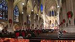 На службу в церковь Святого Патрика в Нью-Йорке люди приходят целыми семьями. Для многих посетить мессу - одна из главных рождественских традиций.