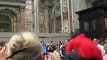 25-летняя Сюзанна Майоло во время рождественской литургии перебралась через оградительный барьер и набросилась на Бенедикта XVI, сбив его с ног