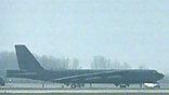 На американские базы в Британии подвозят боеприпасы. Бомбардировщики  Б-52 загружают боевыми ракетами
