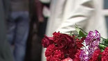 В Москве сегодня вспоминают жертв двойного теракта в столичном метро. С момента трагедии прошло девять дней. К местам трагедии люди приносят цветы, все эти 9 дней там горят свечи. У импровизированных мемориалов оставляют игрушки, иконки, а кто-то и стихи