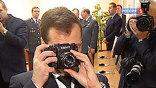 Президент заинтересовался фотоаппаратом для следователей и сделал несколько снимков журналистов, которые его в этот момент тоже фотографировали