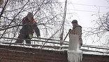 Москву накрыл снежный циклон. Пешеходам тоже приходится не просто. Легко поскользнуться, и всё время приходится уворачиваться от снега и льда, который сбрасывают с крыш. Их расчищают сотни промышленных альпинистов.