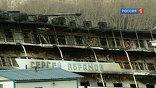 """Судьба моториста теплохода """"Сергей Абрамов"""", сгоревшего накануне, до сих пор остается не ясной. По мнению членов команды, он мог находиться в одной из кают на корме, которую не успел покинуть во время пожара."""