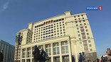 """Гостиница """"Москва"""" спустя 9 лет реконструкции готовится снова открыть свои двери. Первую очередь отеля обещают показать уже в ближайшие дни. Дорогие магазины, сетевые кофейни и просторные парковки - это то, что сразу же бросится в глаза посетителям."""