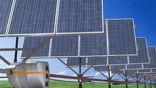 Портативный робот Solbot R-200 перемещается между солнечными панелями по рельсу и регулирует их положение по отношению к солнцу