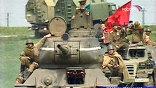 Красные флаги, Т-34, пыльные гимнастерки - с первого раза ни за что не поймешь, что на броне сидят немцы