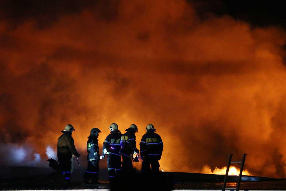 В Санкт-Петербурге горит кровля гипермаркета «Лента»