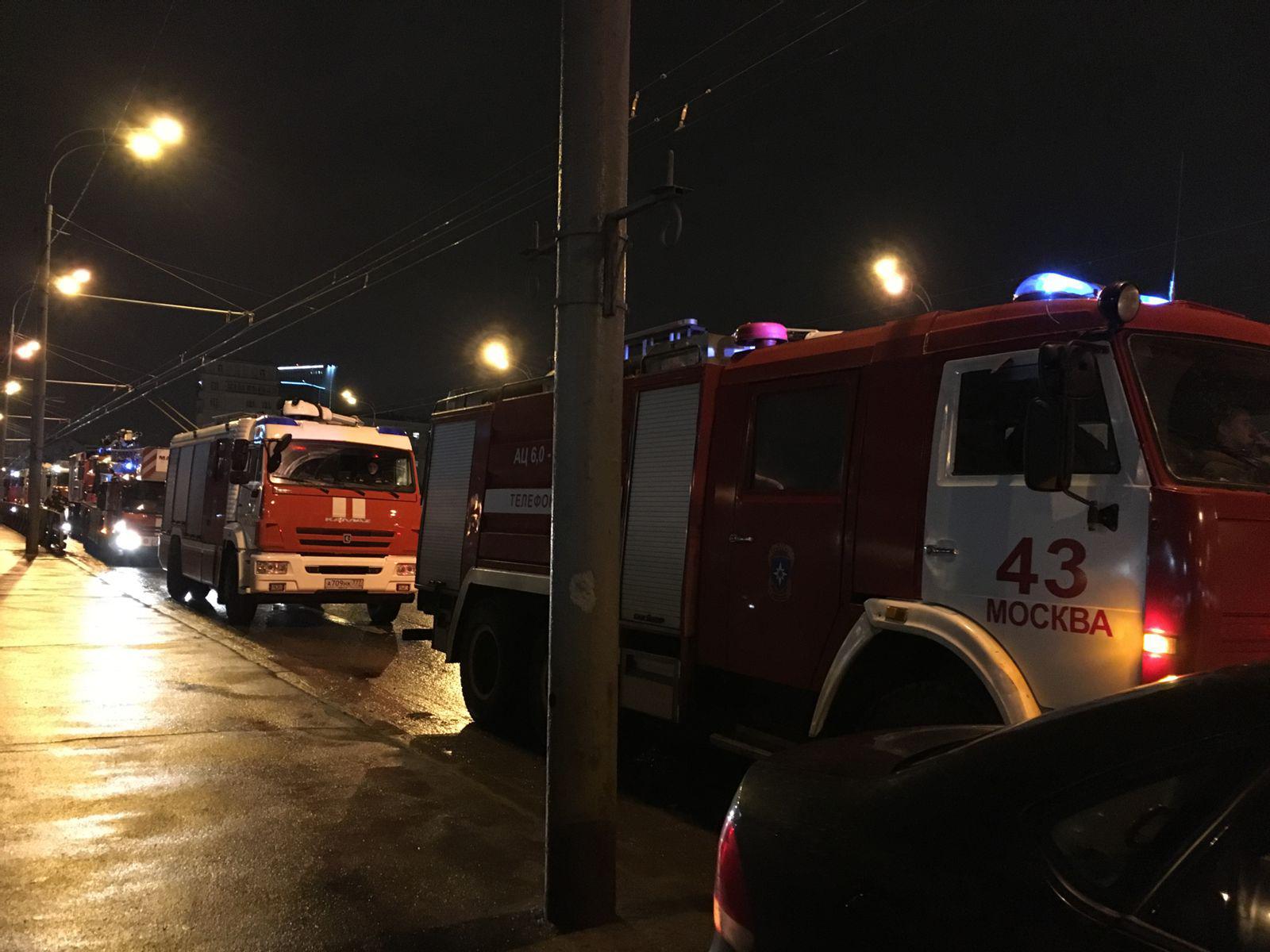 На Ленинградском шоссе в Москве загорелись бытовки и ангар