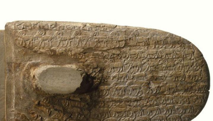 Ритуальный нож возрастом около 5 тысяч лет, покрытый изображениями животных