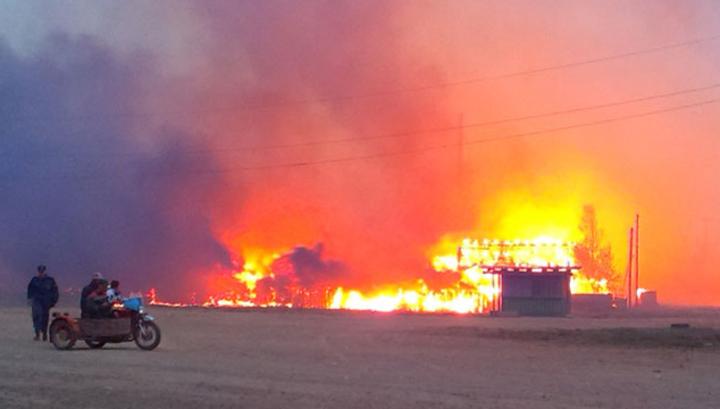 В селе под Екатеринбургом горят несколько домов