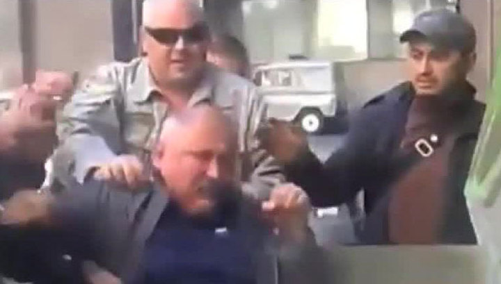 """На Украине """"неугодных"""" отправляют в мусорный бак"""