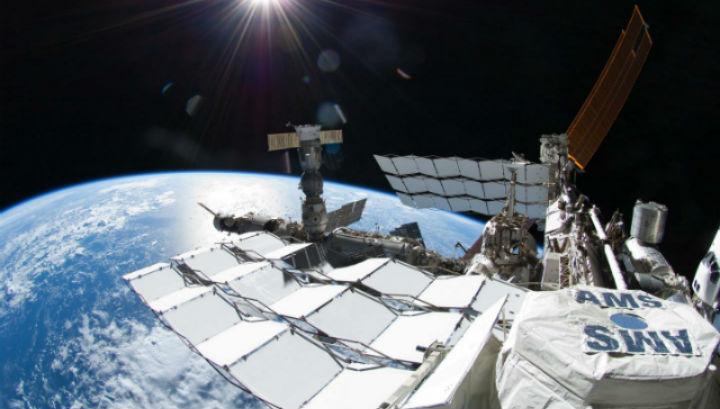 Альфа магнитный спектрометр установлен на МКС и ведёт активную работу по поиску частиц тёмной материи