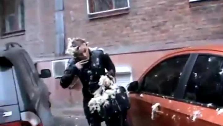 Показушный самосуд: бывшую сотрудницу Запорожского горсовета обсыпали перьями