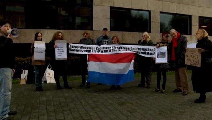 Крушение малайзийского Boeing: митингующие в Гааге требуют ответов