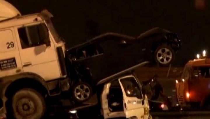В Москве МАЗ на полной скорости врезался в эвакуатор