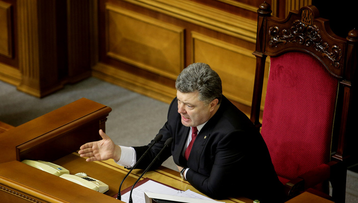 """Порошенко подарил военным """"Гвоздики"""" и """"Буцефалы"""""""