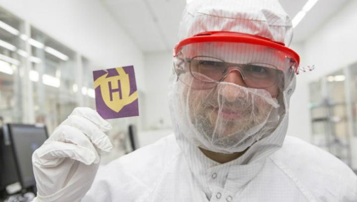 Михаил Кац демонстрирует лист бумаги, окрашенный с помощью установки