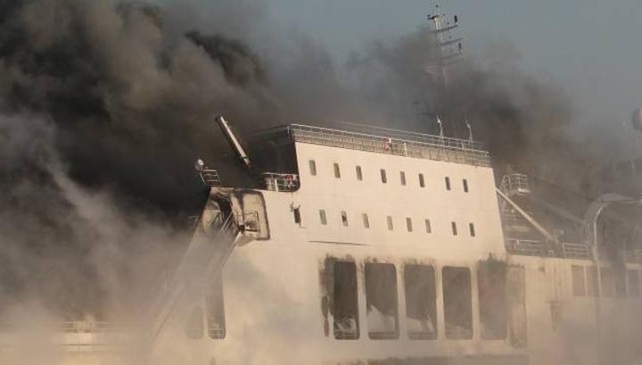 478 пассажиров горящего парома будут спасать итальянцы