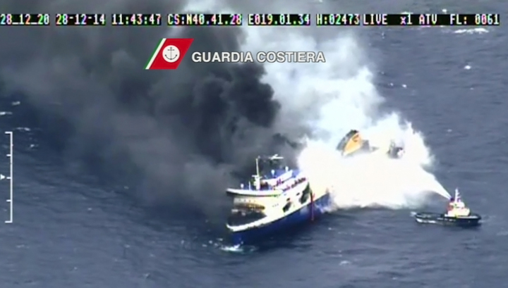 С горящего парома спасены все 407 пассажиров. Капитан уйдет последним