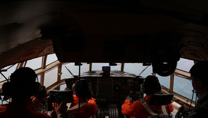 Пропавший лайнер Air Asia ищут 30 судов и 15 самолетов