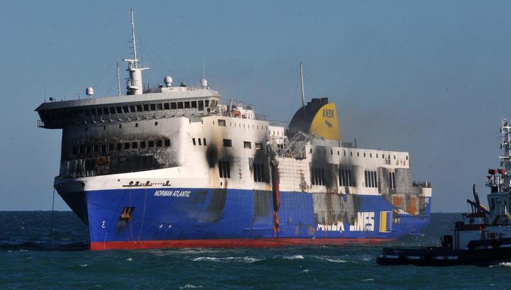 Сгоревший паром Norman Atlantic пришвартован в порту Бриндизи