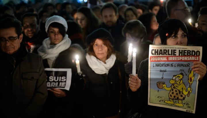 """Французы вышли на акцию солидарности с табличками """"Я - Шарли"""""""