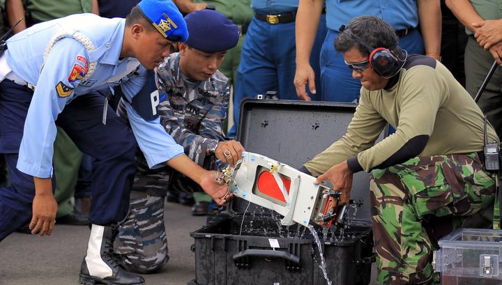 Возобновилась операция по подъему фюзеляжа самолета AirAsia