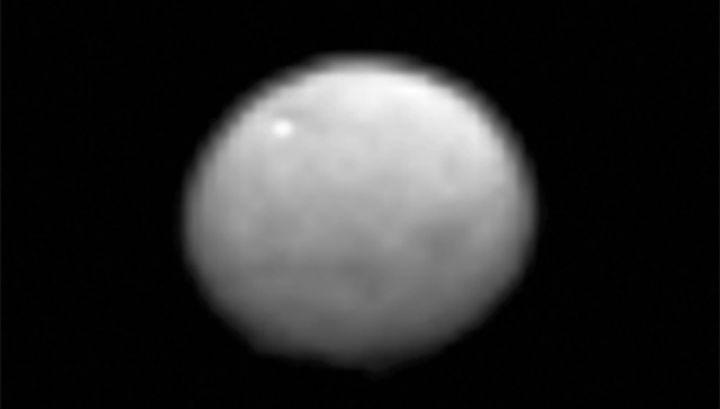 На новых снимках Цереры можно разглядеть поверхностные неровности