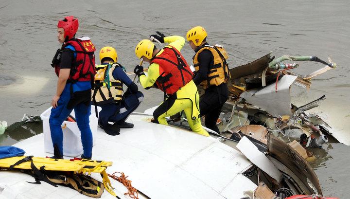 Упавший в Тайване самолет задел эстакаду и такси: число жертв аварии выросло до 19