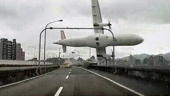 Лайнер при падении задел такси: видеорегистратор снял катастрофу на Тайване