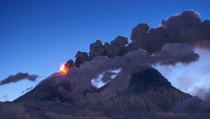 Вулкан Ключевской вновь выбросил мощный столб пепла